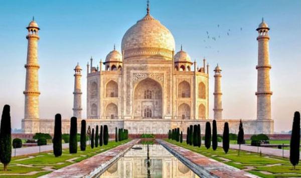 Lăng mộ Taj Mahal ở Agra, Ấn Độ xây bằng đá cẩm thạch trắng