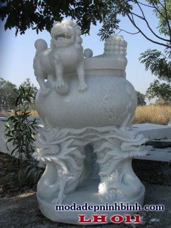Lư hương đá trắng với thiết kế đẹp mắt