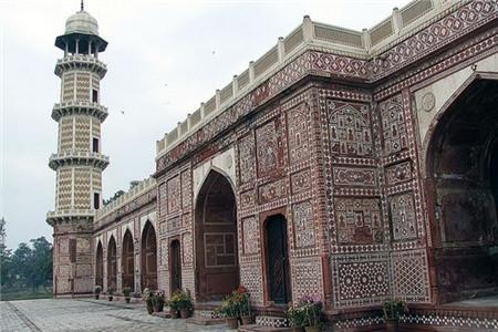 Khu lăng mộ này thu hút 1 lượng lớn khách du lịch hàng năm