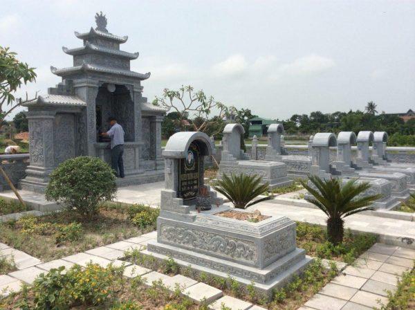 Khu lăng mộ đá được làm hoàn toàn từ đá xanh nguyên khối
