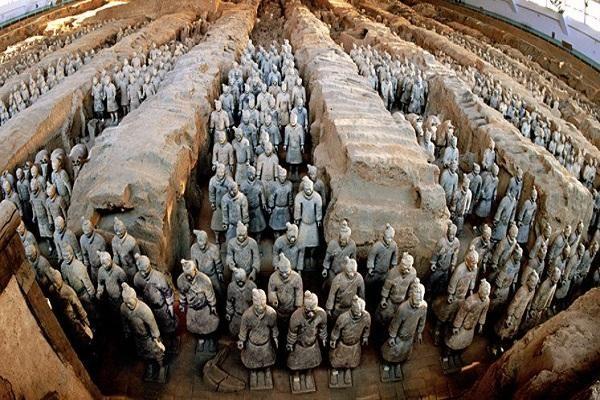 Lăng mộ của các vị vua chúa thường rất đồ sộ, hoành tráng