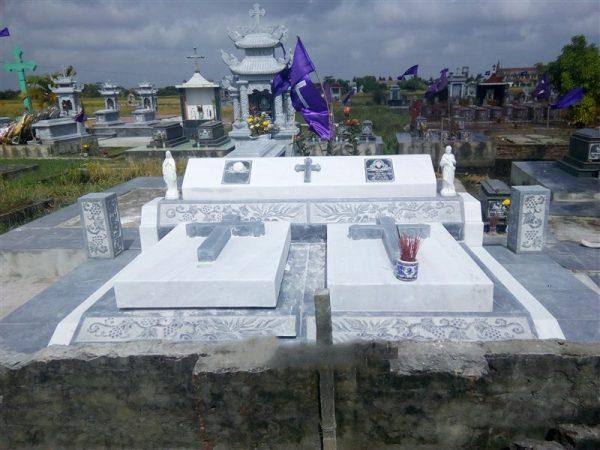 Hình ảnh cây thánh giá được thể hiện trên lăng mộ đá công giáo
